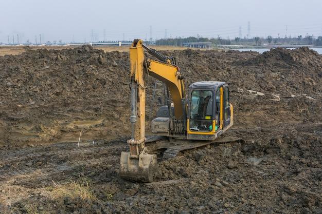 Cantiere della macchina pesante del cielo blu dell'escavatore