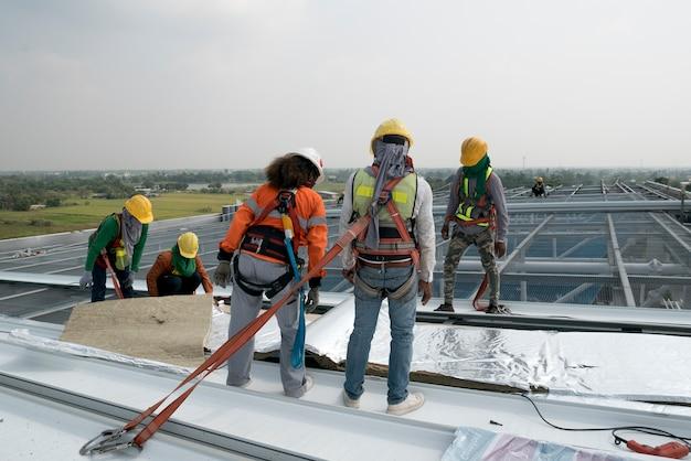 Cantiere di sicurezza d'uso e linea di sicurezza d'uso del lavoratore su un roo di industria del metallo