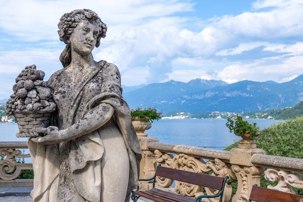 Cantiere di villa balbianello con bellissima statua