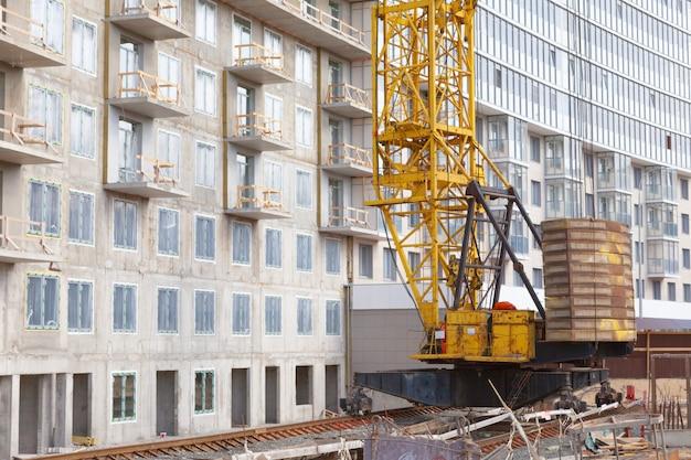 Cantiere e gru che costruiscono un grattacielo. tecnologie moderne.