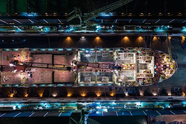 Cantiere navale sul mare di notte