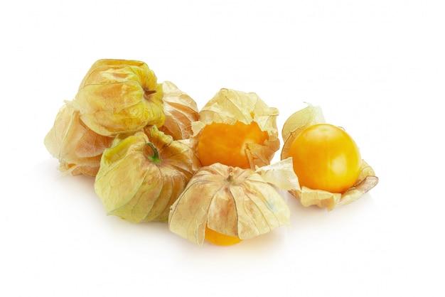 Cape gooseberry, frutta del physalis o bacca dorata isolata sopra fondo bianco