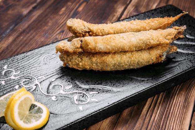 Capelin fritto nel grasso bollente delizioso con dentro una banda nera