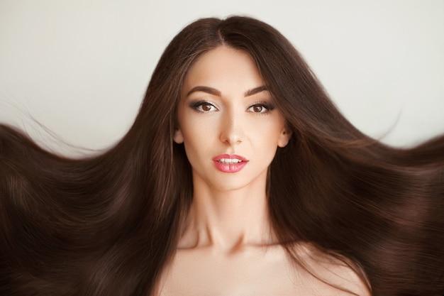 Capelli bella donna con capelli lunghi sani