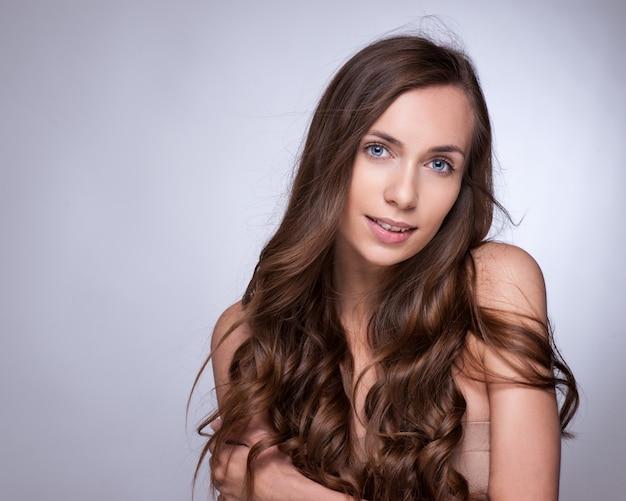 Capelli. bella ragazza bruna. capelli lunghi sani beauty model woman. acconciatura