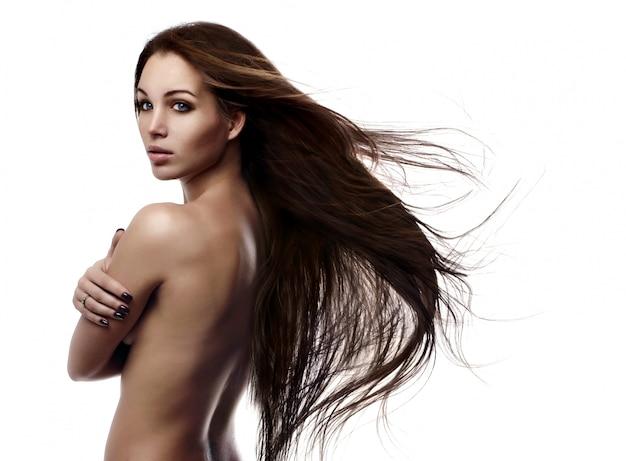 Capelli. bellezza moda modello donna che tocca i suoi capelli castani lunghi e sani.
