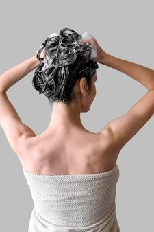 Capelli di lavaggio della donna del ritratto