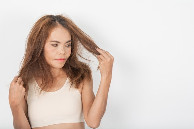 Capelli secchi e danneggiati. i capelli sono secchi e rotti. capelli danneggiati dal calore e dal soffio.