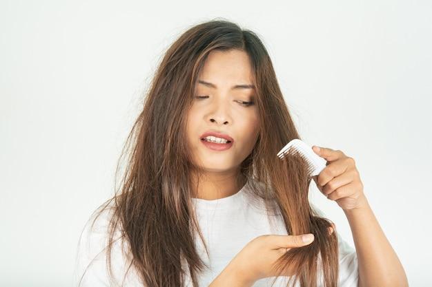 Capelli secchi e problemi di capelli ruvidi.