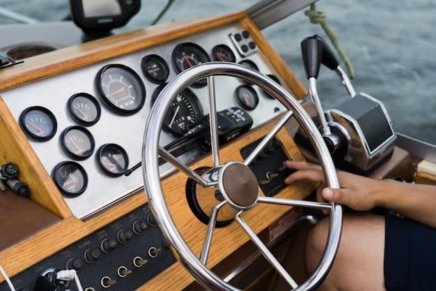Capitano al timone di un vecchio yacht, cruscotto.