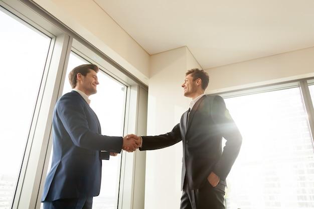 Capo che agita la mano e ringrazia un lavoratore per un buon lavoro