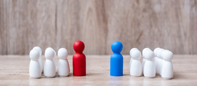 Capo rosso e blu dell'uomo d'affari con la folla dell'impiegato di legno.
