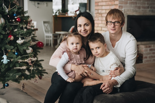 Capodanno a casa. decora l'albero di natale. famiglia insieme.