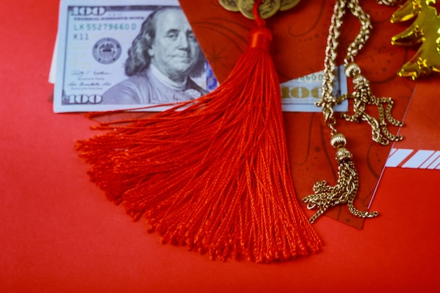 Capodanno cinese con buste denaro felice, banconote in dollari usa