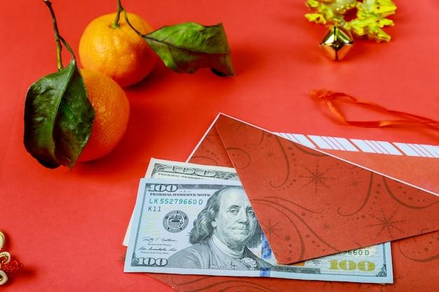 Capodanno cinese. dollaro americano simbolo di buona fortuna cinese sul rosso