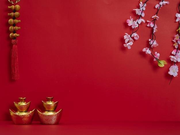 Capodanno cinese. fiori e lingotti d'oro cinesi