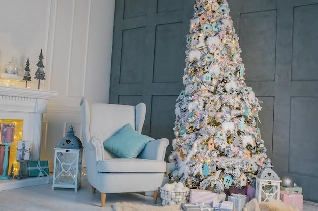Capodanno e decorazioni natalizie interier room. albero di natale e poltrona