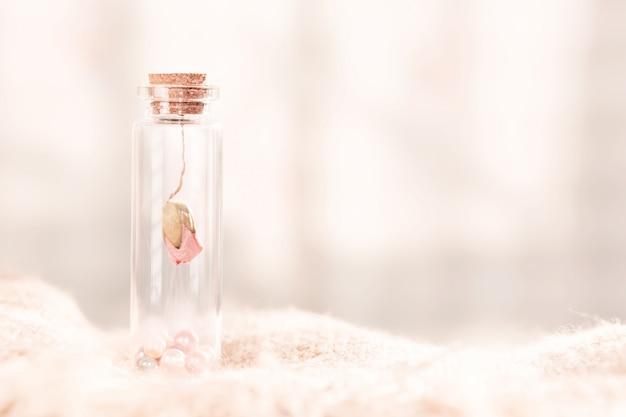 Capolino rosa secco in bottiglia. profondità di campo molto bassa. concetto per san valentino.