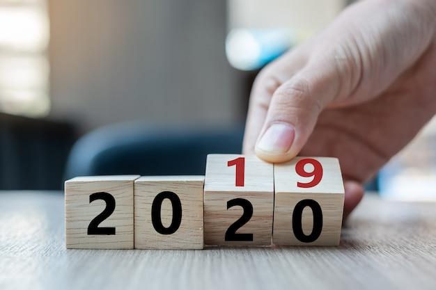 Capovolgere il blocco dal 2019 al 2020 parola sullo sfondo della tabella