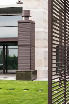 Cappe di ventilazione per colonna nel tetto reticolare marrone