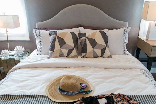 Cappelli e cuscini da donna sul letto