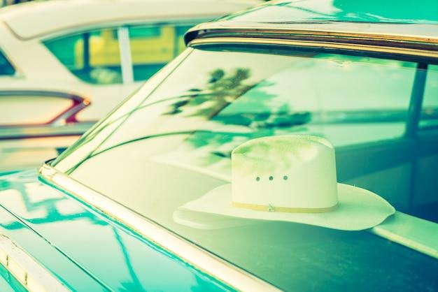 Cappello all'interno di auto d'epoca - filtro vintage
