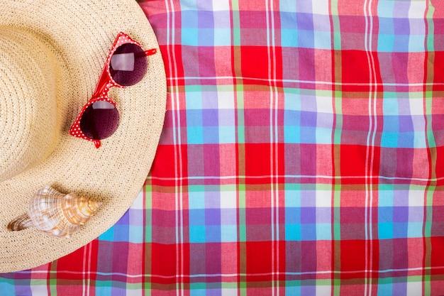 Cappello da donna di paglia beach occhiali da sole vista superiore conchiglia con spazio per il testo.
