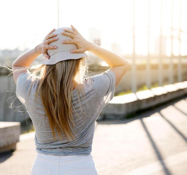 Cappello da portare della ragazza di vista posteriore