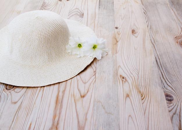 Cappello da spiaggia con fiore bianco