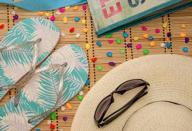 Cappello da spiaggia, occhiali, lavagne, borsa con pietre colorate
