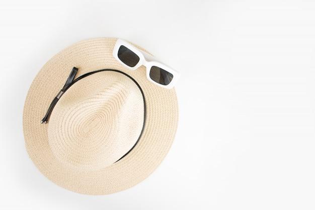 Cappello del sole della spiaggia con la vista superiore degli occhiali da sole