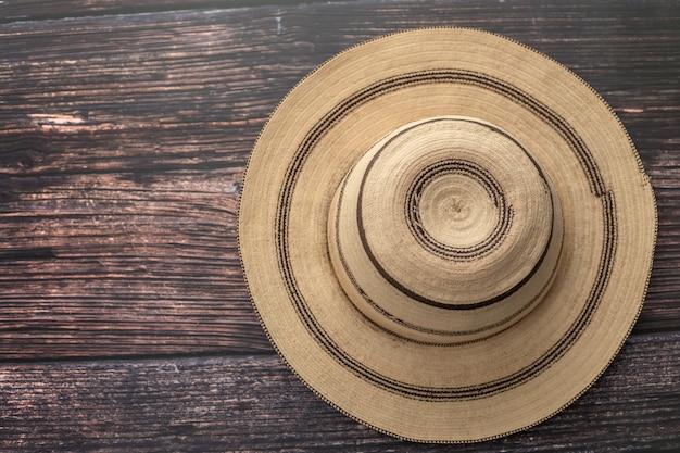 Cappello di panama dipinto tradizionale su una tavola di legno