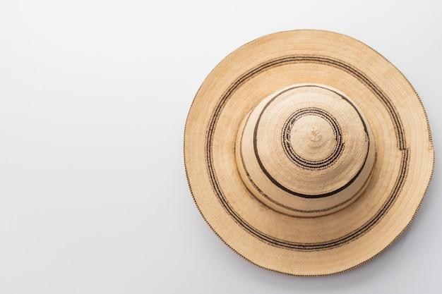 Cappello di panama tradizionale su una tavola bianca
