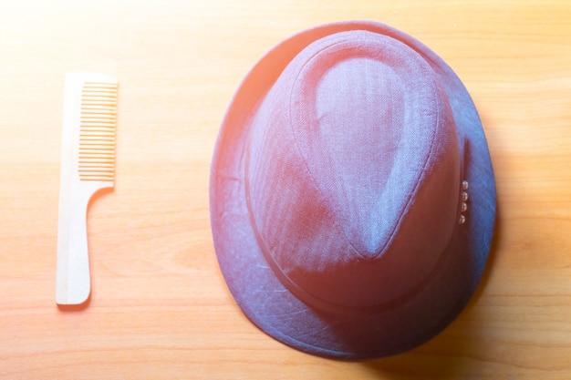 Cappello e pettine sul tavolo. distesi
