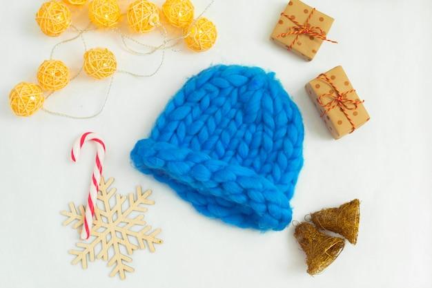 Cappello lavorato a maglia blu in composizione