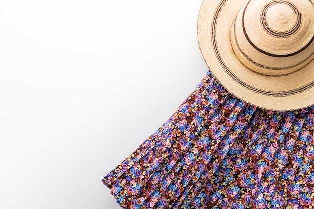 Cappello panama tradizionale dipinto su un tavolo bianco e una gonna in
