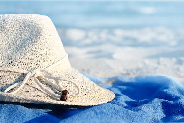 Cappello sulla spiaggia. mare blu