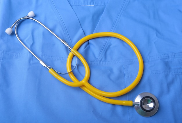 Cappotto del medico con lo stetoscopio medico sulla scrivania