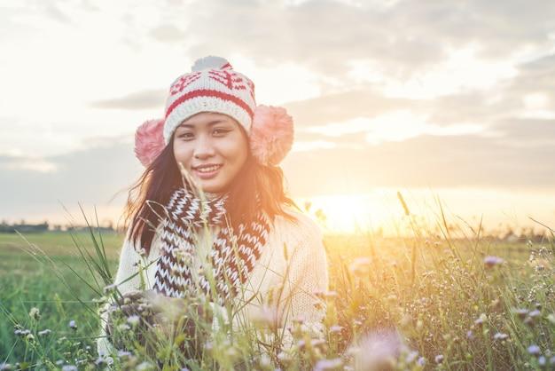 Cappotto di lana felice sfondo luminoso