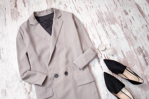 Cappotto grigio chiaro e scarpe nere