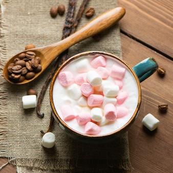 Cappuccino caldo con marshmallow in una tazza