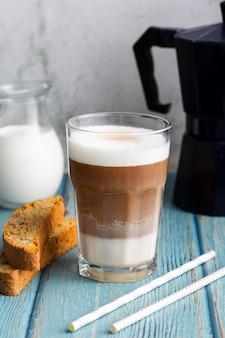 Cappuccino fresco del primo piano con latte pronto da servire