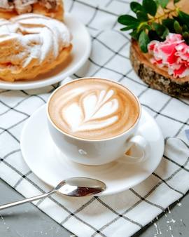Cappuccino fresco sul tavolo