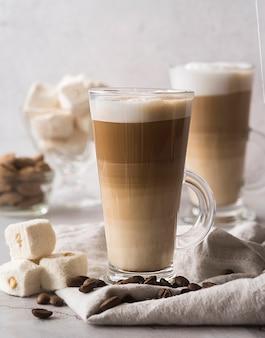 Cappuccino saporito del primo piano con latte
