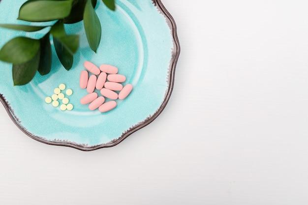 Capsula di erbe dalla natura di erbe per una buona salute, vitamina, pillole di integratori minerali per malattia del farmaco su fondo medico in legno con spazio di copia, concetto di medicina e droga