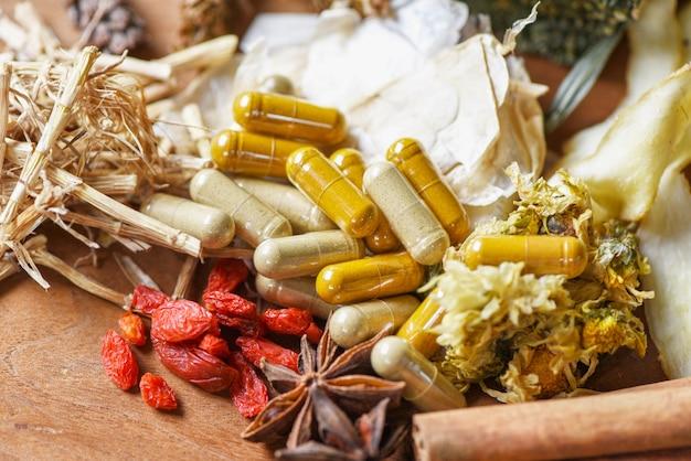 Capsule di erbe medicinali ed erbe secche