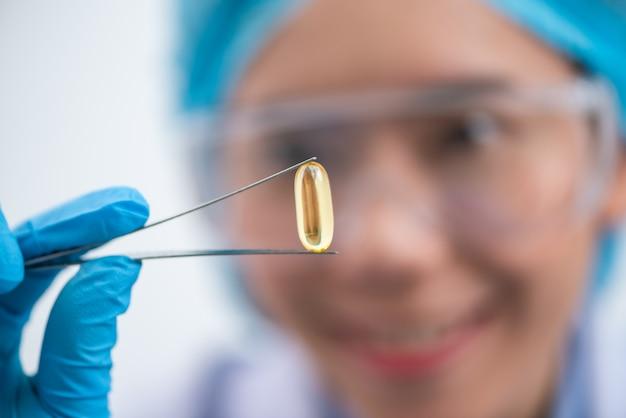 Capsule di olio di pesce con omega 3 e vitamina d in una bottiglia di vetro