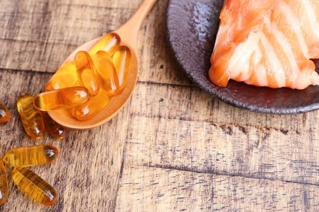 Capsule di olio di pesce con pesce fresco