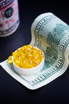 Capsule di olio di pesce e dollari