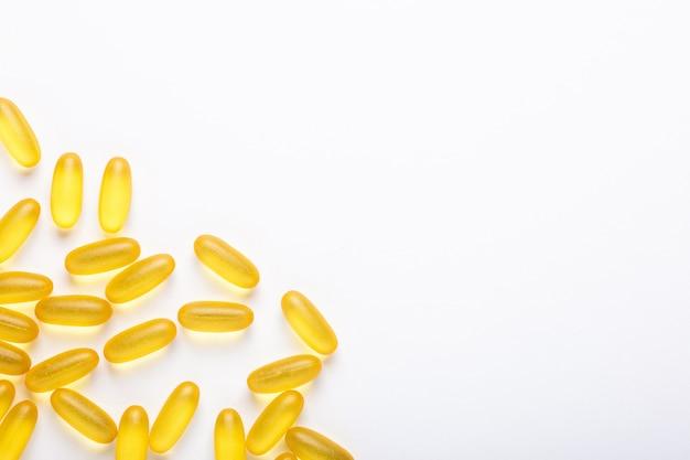 Capsule di omega 3 su sfondo bianco olio di pesce yellow softgels vitamina d, e, un supplemento concetto di assistenza sanitaria